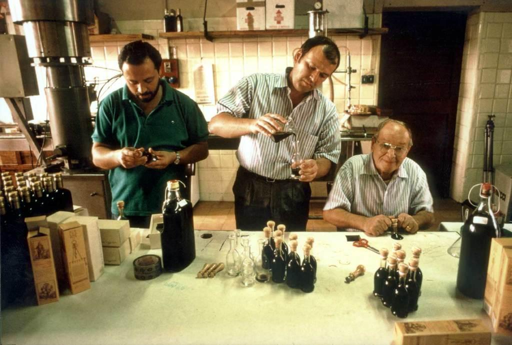La famiglia Cavalli: Roberto, Giovanni e Nando durante l'imbottigliamento, anni '80