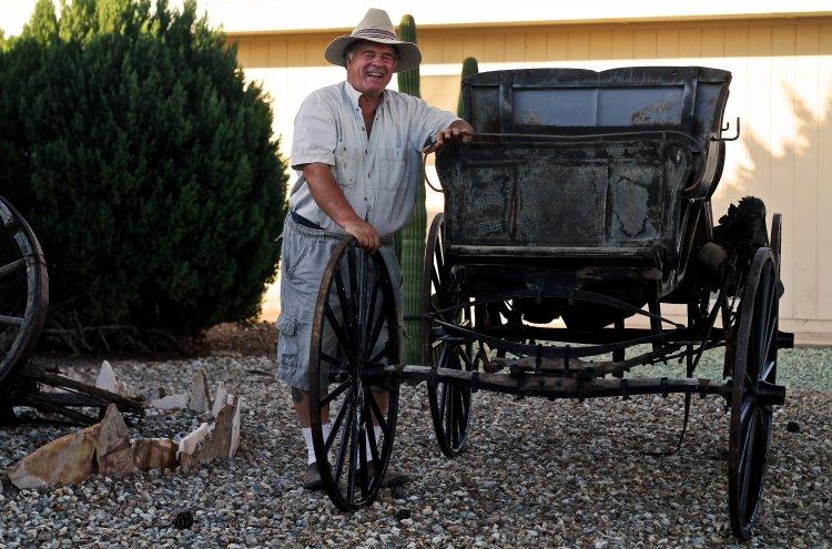 Marlene with a wagon in his front yard. © Bibbi Abruzzini.