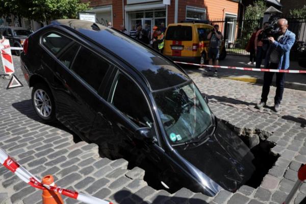 Кошмар: в яму на улице Гертрудес в Риге провалилась еще одна машина