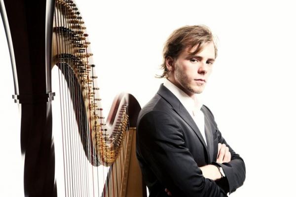 Петербургский музыкант пересёк с арфой всю Швейцарию, чтобы напомнить людям о миссии искусства