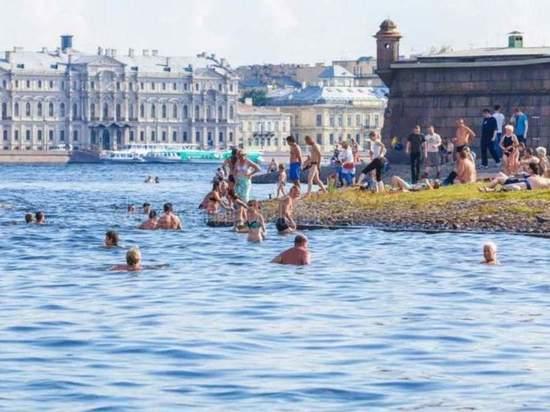 Жара погнала петербуржцев в грязные заливы: купаются под мостом