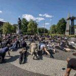Поляки встали на колени, солидаризуясь с погромщиками в США