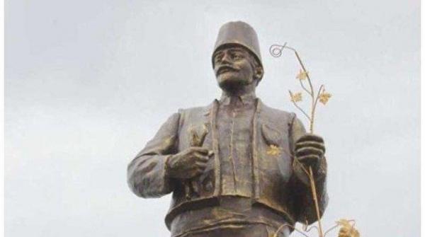 Памятник Ленину под Одессой превратили в болгарского переселенца с лозой