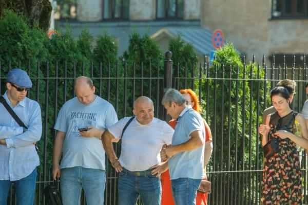 В связи с выборами президента Белоруссии у посольства Белоруссии в Риге очередь