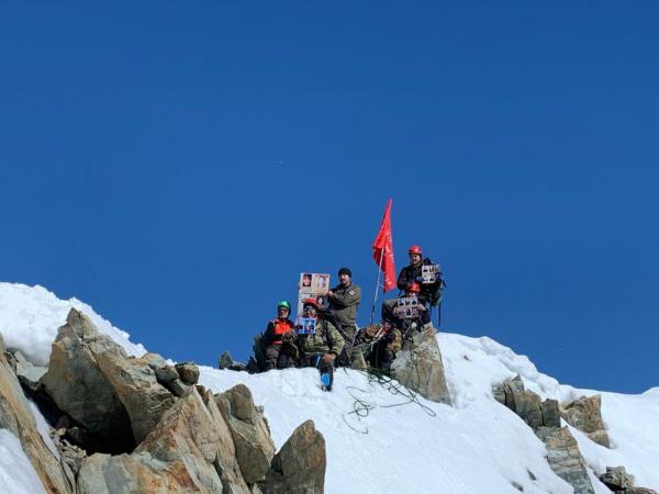 Знамя Победы подняли на самую высокую гору в Якутии