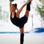 Гимнастка Екатерина Селезнёва впечатлила вертикальной растяжкой в лифте