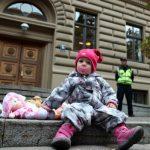 В Латвии скоро запретят усыновление детей за границу, но хорошо ли это?