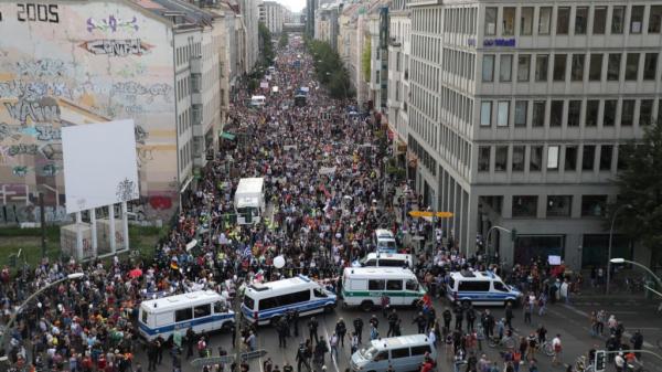 Жители Берлина вышли на митинг с российскими флагами и именем Путина