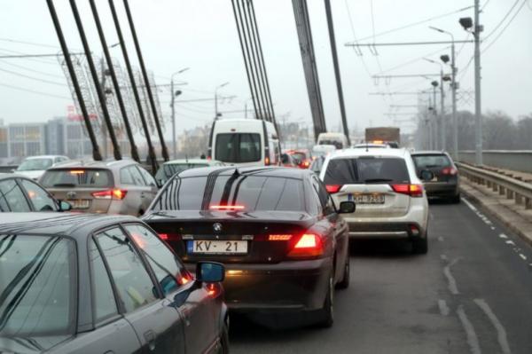 Заметно упало число выданных водительских удостоверений в Латвии (ГРАФИК)
