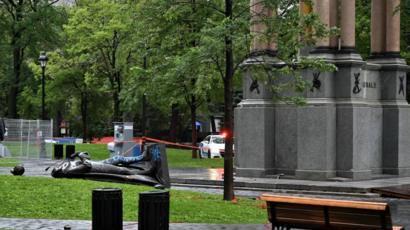 Активисты в Монреале снесли памятник первому премьеру Канады Джону Макдональду