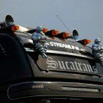 Почему водители грузовиков клеят женщин на кабины