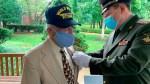 Российские дипломаты наградили медалью американского ветерана — участника встречи на Эльбе