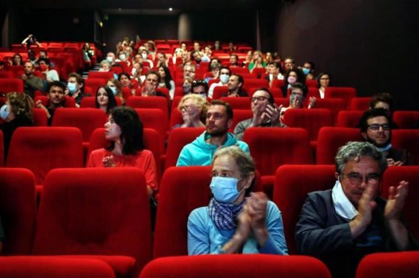 Ограничения в Риге: в театр не пустят без документов, в кино - без телефона
