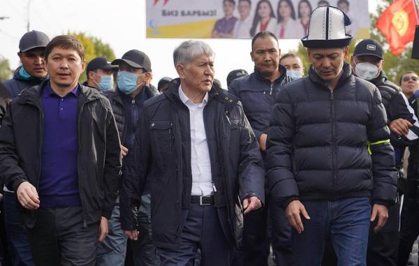 Неизвестные обстреляли автомобиль экс-президента Киргизии Атамбаева