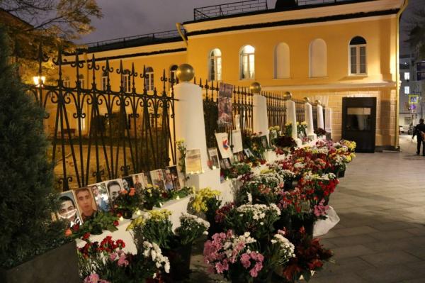 Россияне несут цветы и мягкие игрушки к зданиям посольств Армении и Азербайджана