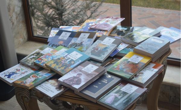 Школьникам Таджикистана передали более 1,5 тысяч книг на русском языке