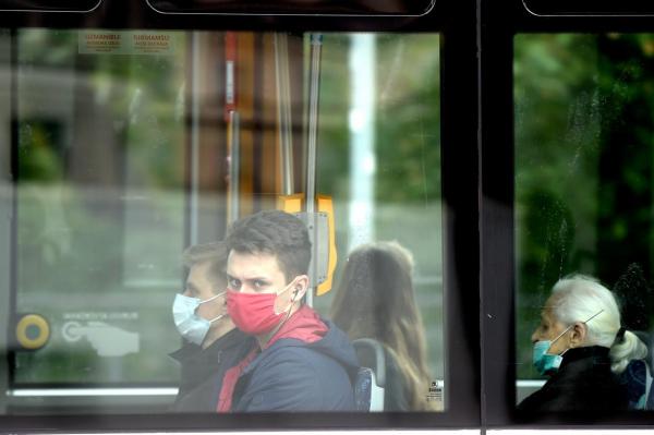 Почти половина жителей Латвии ограничили общение с друзьями и семьёй из-за COVID