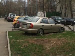 Штрафовать за парковку машин на газонах будут местные власти