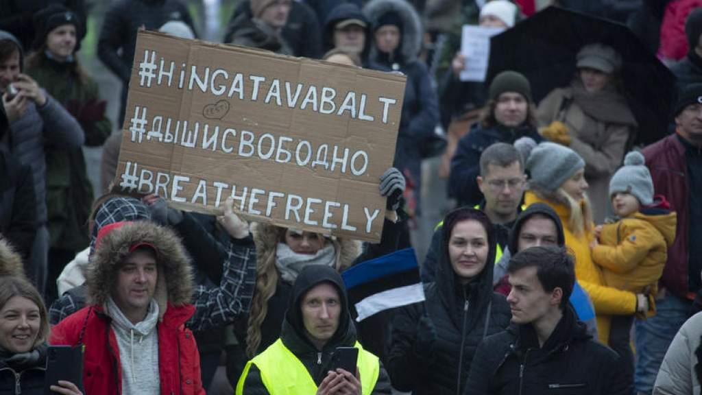 В Таллине прошел пикет «антимасочников» — смотрите фото