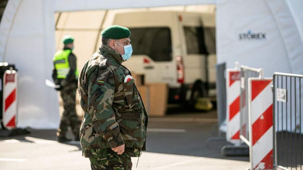 Миниобороны Литвы предупреждает о ложной новости принудительной вакцинации военными