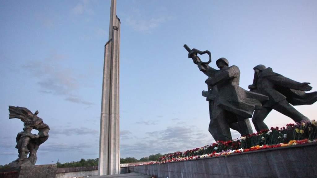 Министр культуры приделает табличку к Освободителям Риги