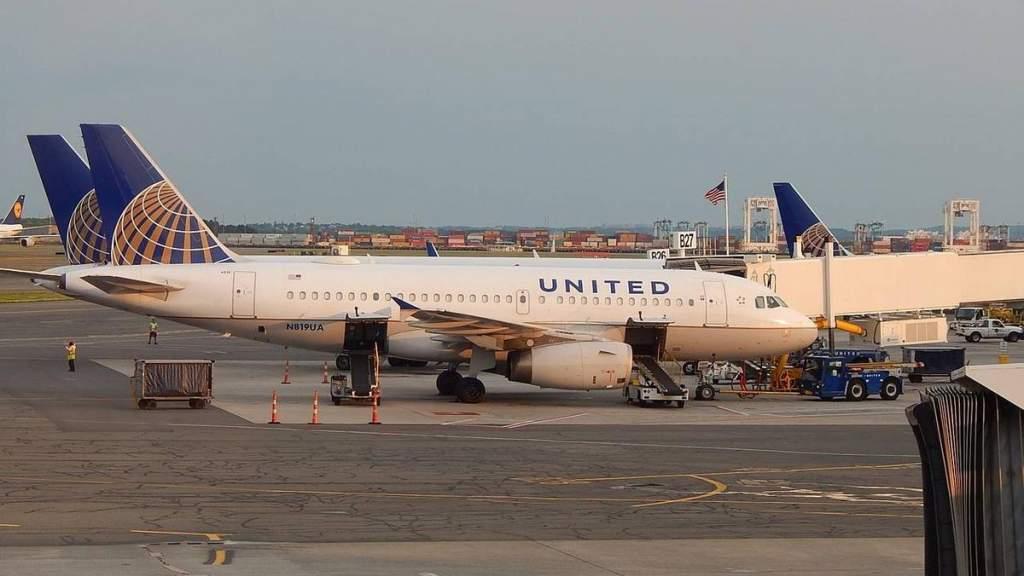 Пассажир соврал об отсутствии симптомов ковида и умер после экстренной посадки самолёта