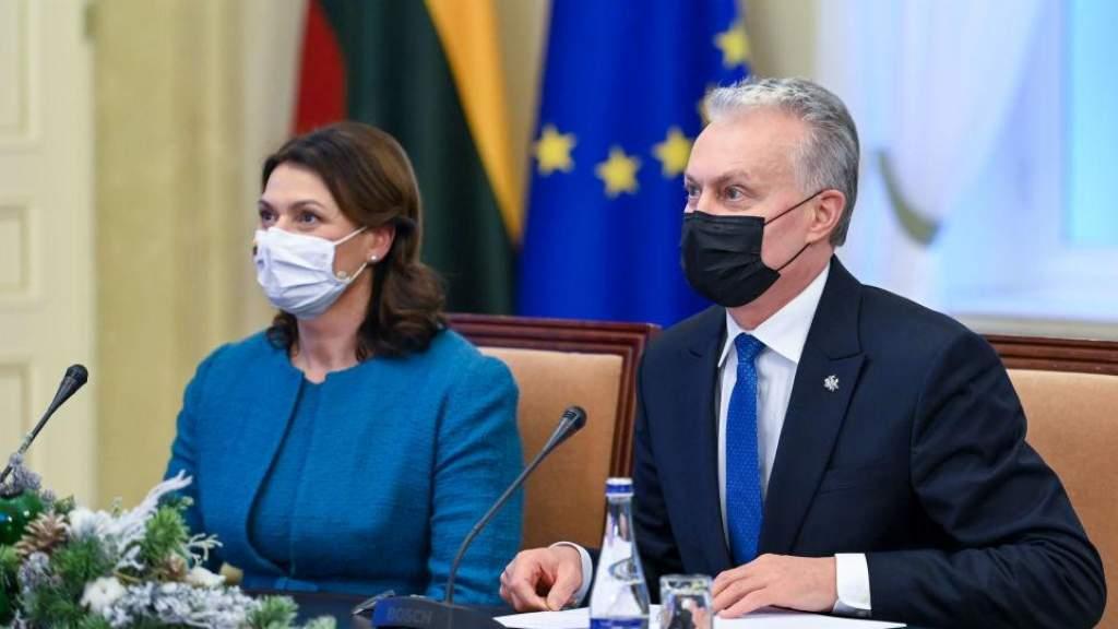 Президент Литвы пообещал первыми вакцинировать от COVID-19 пожилых