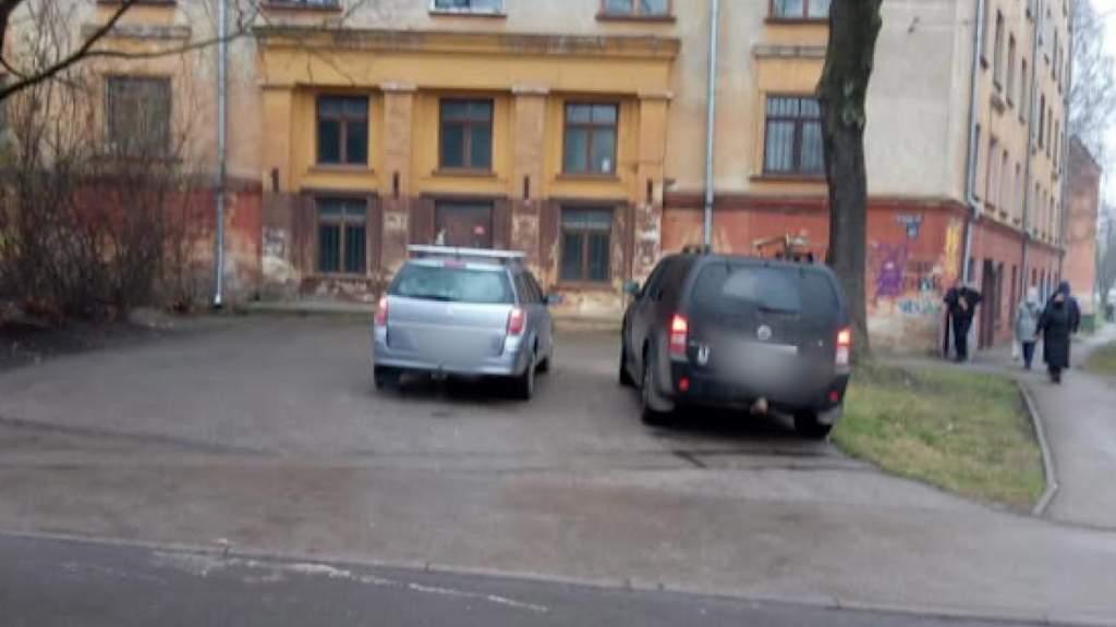 """Рижанин вне себя: поставил машину в """"кармашке"""", а все равно получил штраф!"""