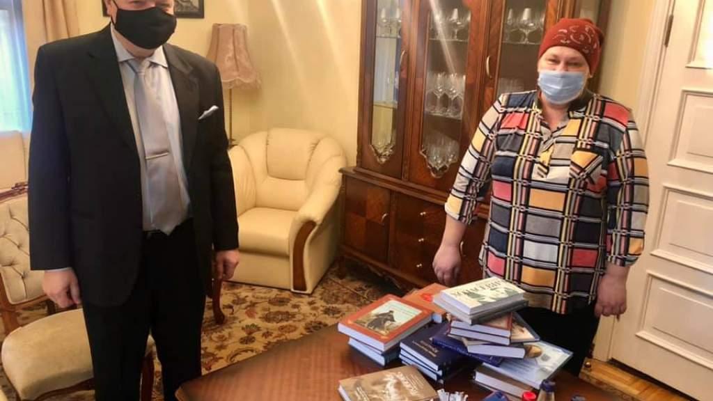 Российские дипломаты передали книги в латвийский посёлок, основанный староверами