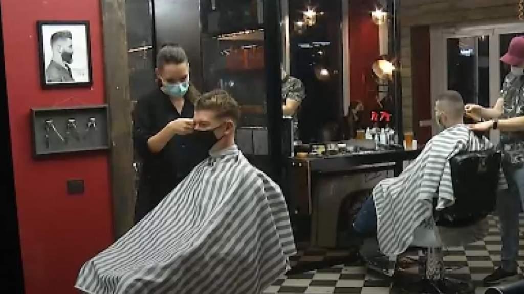 Спешка перед запретом: парикмахеры работают до ночи, чтобы успеть обслужить всех