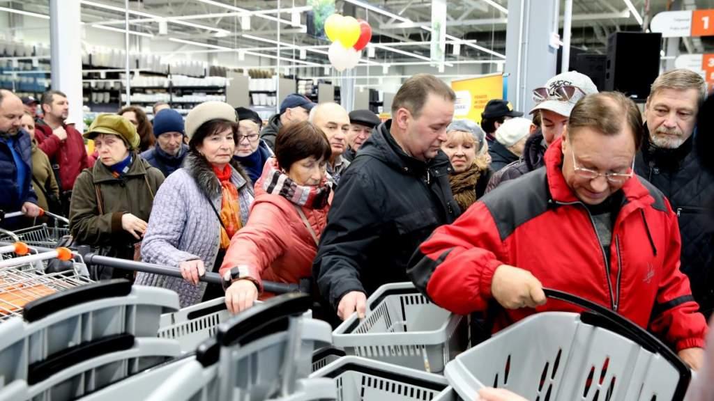 В последний день перед «магазинным локдауном» торговцы продлевают время работы
