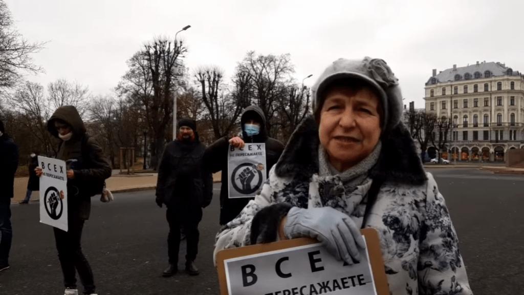 В Латвии проходит пикет против преследований русскоязычных журналистов