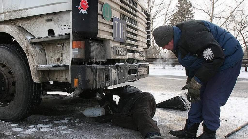 Зачем по зиме дальнобойщики обязательно кладут в кабину кирпич
