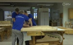 Новые будки для собак выруского приюта мастерят ученики профтеха