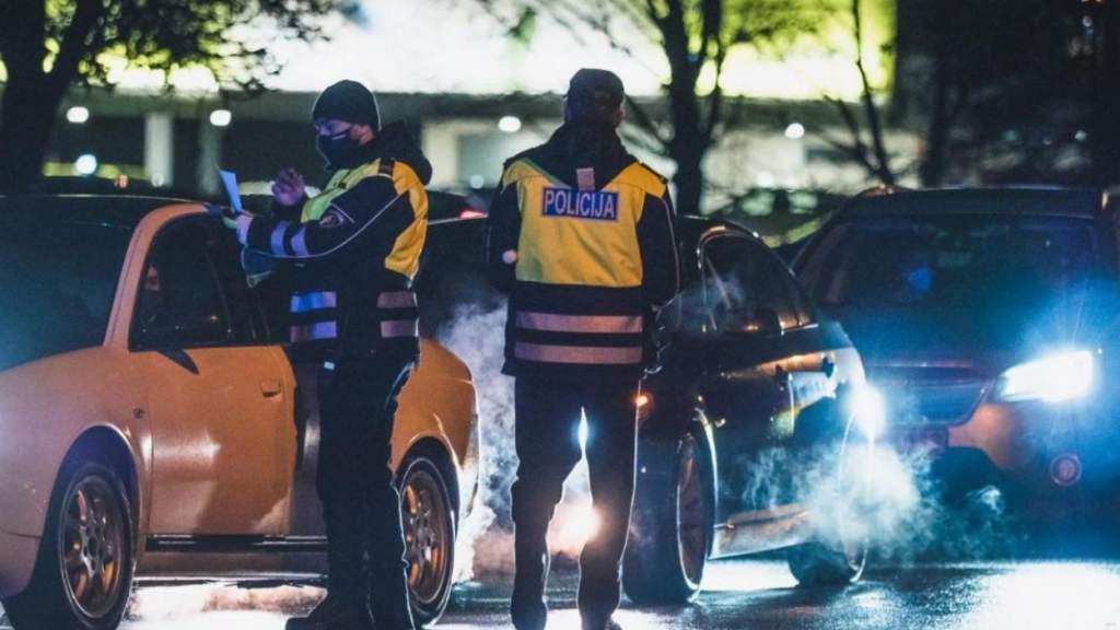 Комендантский час в Латвии: пострадали полицейские и их машина