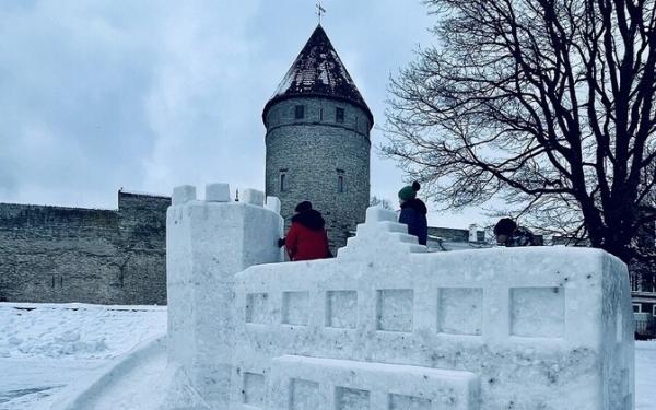 На Башенной площади построили городок из 60 кубометров снега