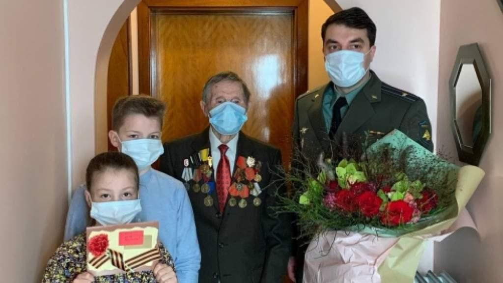 В Бельгии российские дипломаты поздравили с ветерана с Днем защитника Отечества