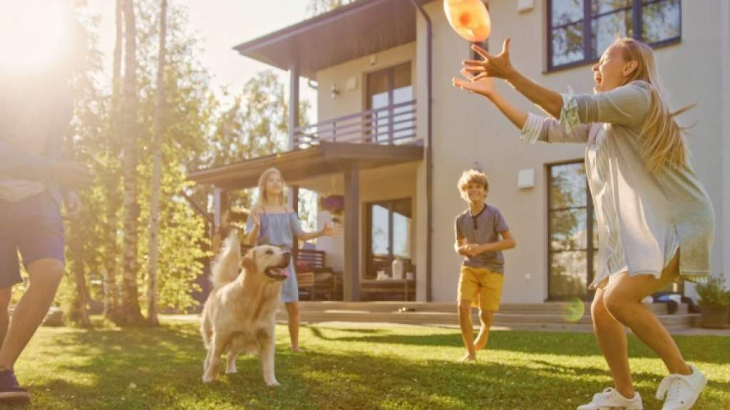Как активно провести майские, во что поиграть на свежем воздухе: бадминтон, фрисби, гигантская дженга