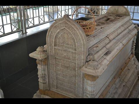 makam peninggalan sejarah bercorak islam