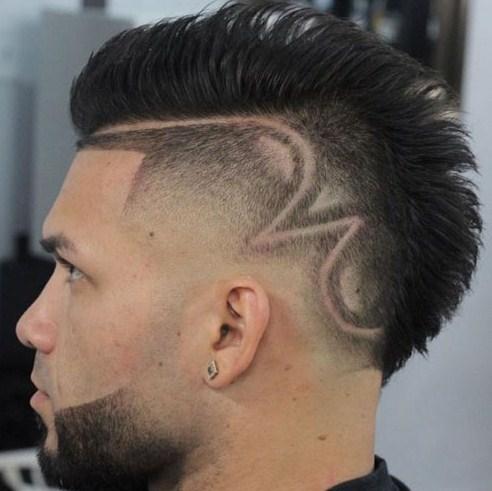 Sedangkan pada bagian samping kanan dan kiri dipotong sampai tipis. Coba  kalian amati model potongan rambut pria yang satu ini. e7dc222638