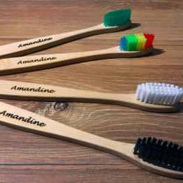 brosse a dents sur fond bois