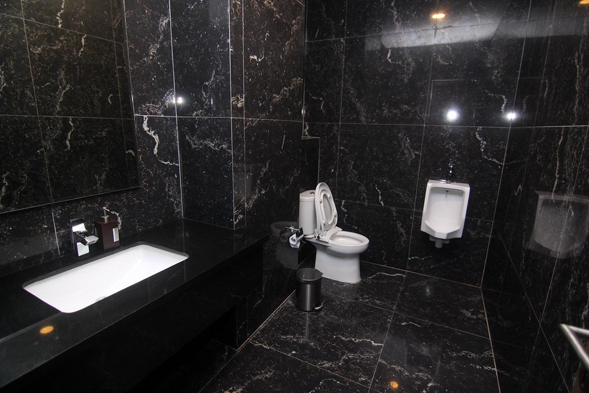 Tersedia toilet di masing-masing Private room Emerald Chinese Restaurant Grand Tjokro Balikpapan