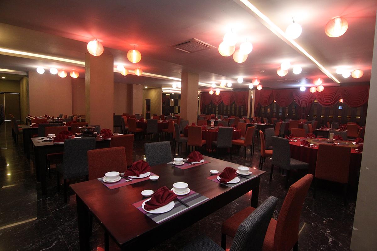 Main Hall Emerald Chinese Restaurant Grand Tjokro Balikpapan bisa menampung lebih kurang 150 orang