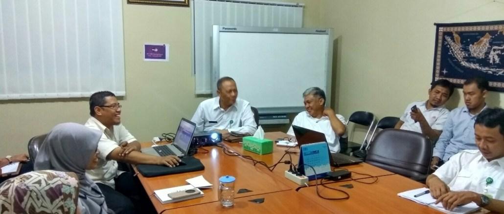 Suasana pelatihan mendesain Infografis di Kantor P3E Kalimantan KLHK yang penuh keakraban