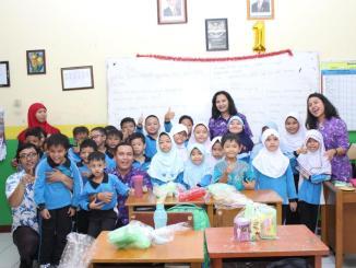 "Signify menerangi sekolah di seluruh dunia melalui kampanye ""Light for Better Learning"""