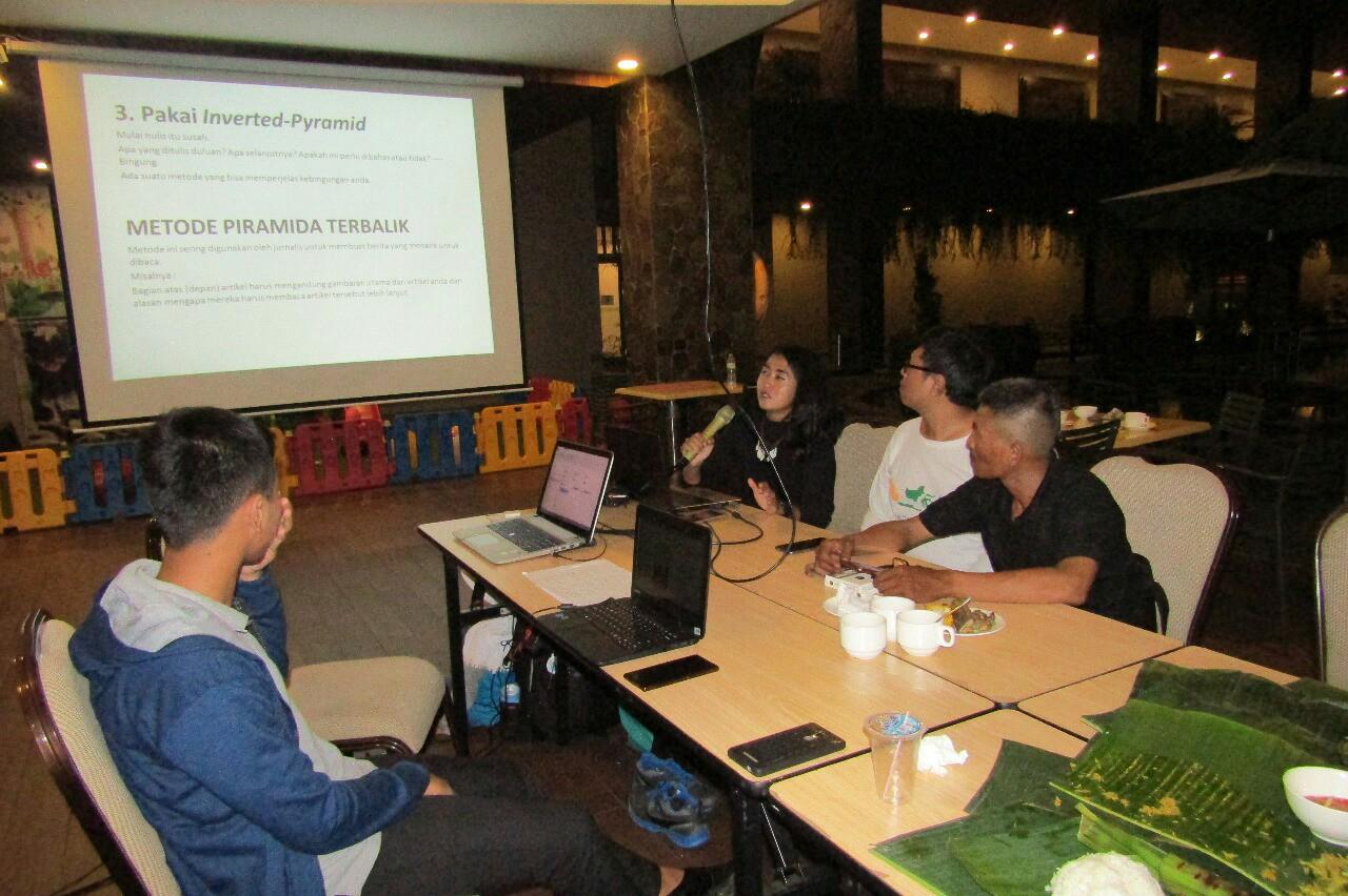 Sesi kelas menulis yang dibimbing oleh Mbak Neno di acara ngeblog bareng blogger di Grand Tjokro Balikpapan
