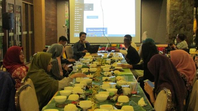 Para peserta ngeblog bareng blogger menikmati sajian Ngeliwet alias nasi liwet yang telah disiapkan oleh Grand Tjokro Balikpapan sambil menyimak materi yang disampaikan oleh narsum dalam kelas blog membuat suasana sharing santai penuh keakraban lebih terasa