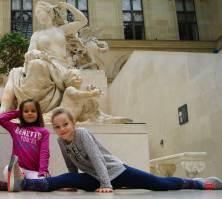 Oui, oui, Ester est bien en train de faire le grand écart au Louvre... Tout est normal ;-)