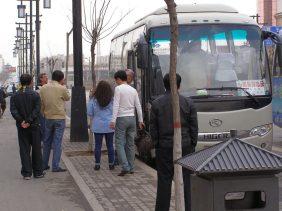 Der Reiseleiter passt auf, dass niemand den Bus verpasst