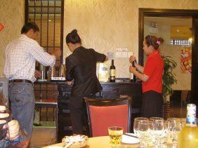 Der Reiseleiter hilft den Kellnerinnen
